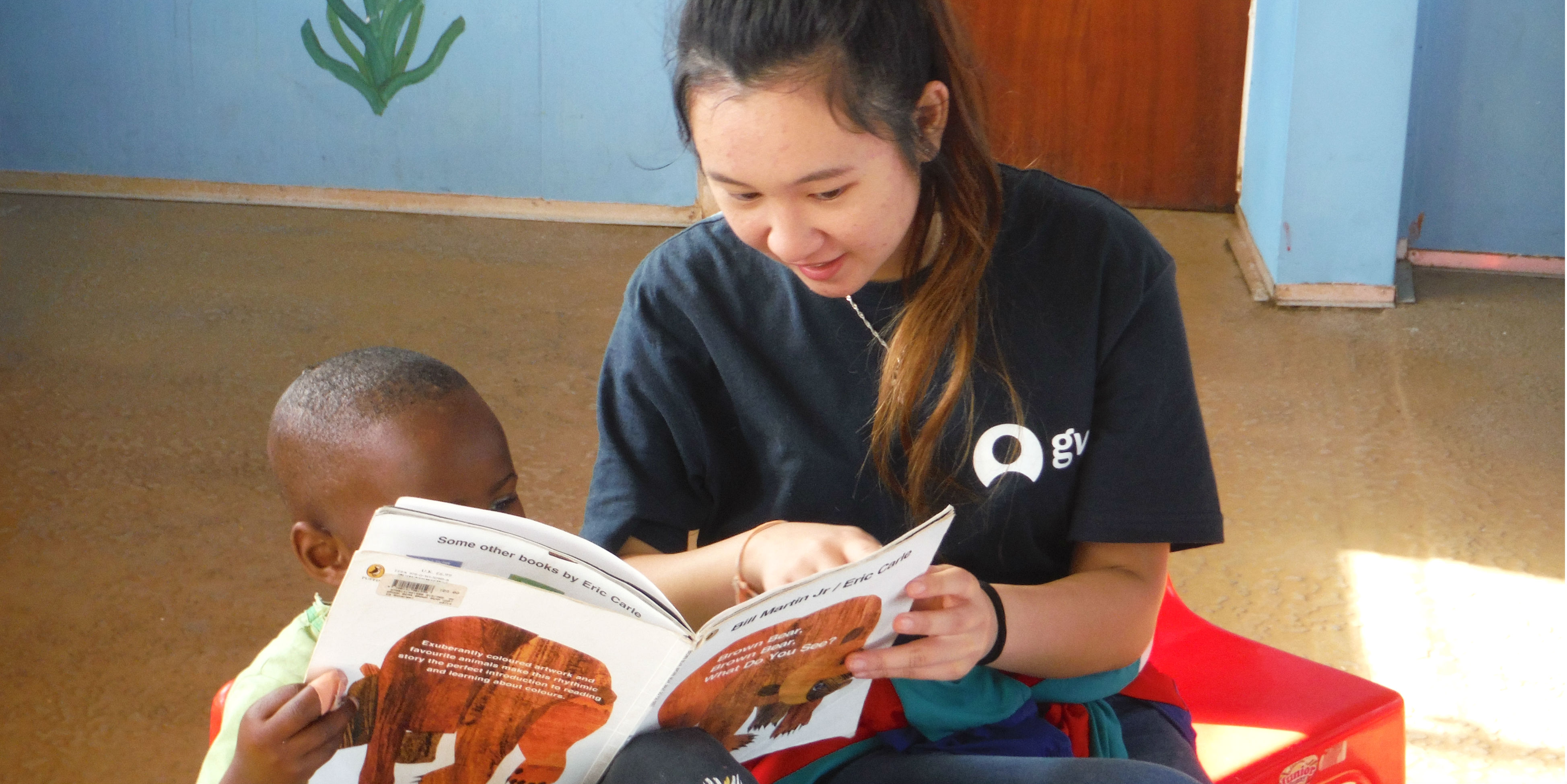 A GVI participant leads a learner through their reading while volunteering in Cape Town.