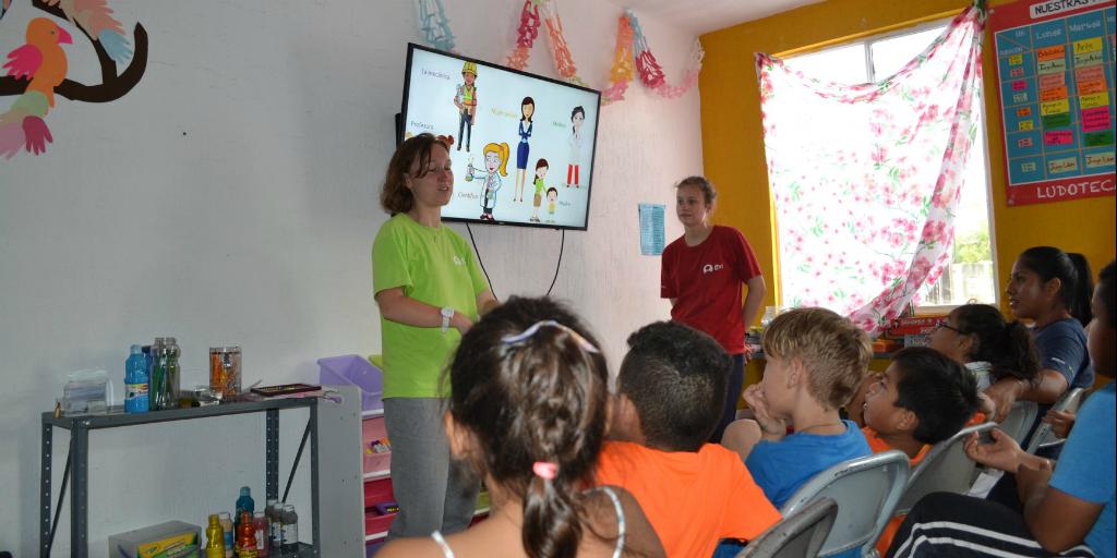 GVI volunteers working with children in Peurto Morelos, Mexico.